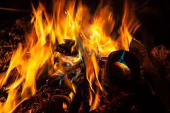 Orange und blaue Flammen des Feuers Stockbilder