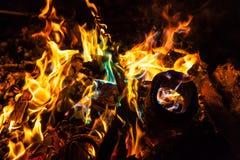 Orange und blaue Flammen des Feuers Stockbild