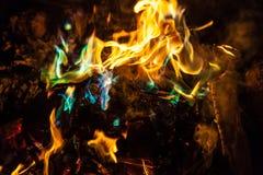 Orange und blaue Flammen des Feuers Stockfotografie