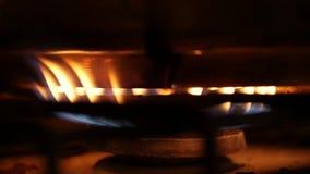 Orange und blaue Flammen eines Gasherds in der Dunkelheit stock video