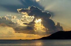 Orange und blauer Sonnenuntergang auf dem Meer lizenzfreie stockfotografie