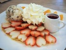 Orange und Erdbeerecrep-Kuchen Lizenzfreies Stockfoto