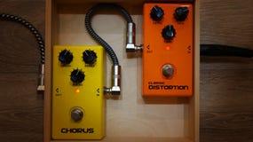 Orange und gelbe Effektpedale stockbilder