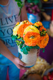 Orange und gelbe Pfingstrosen im Vase Stockbild