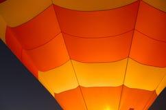 Orange und gelber Heißluft-Ballon-Abschluss oben Stockbilder