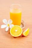 orange und Glas mit Saft Lizenzfreies Stockfoto