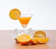 orange und Glas mit Saft Lizenzfreies Stockbild