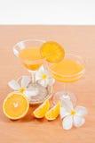 orange und Glas mit Saft Stockbild