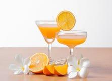 orange und Glas mit Saft Lizenzfreie Stockfotografie