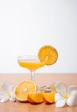 orange und Glas mit Saft Stockfotos