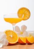 orange und Glas mit Saft Stockbilder