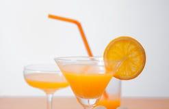 orange und Glas mit Saft Lizenzfreie Stockbilder