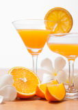 orange und Glas mit Saft Stockfotografie