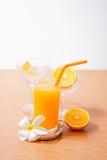 orange und Glas mit Saft Stockfoto