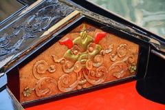 Orange und goldene Details einer Gondel, Venedig Stockfotos