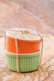 Orange und grünes cocotte Lizenzfreies Stockbild