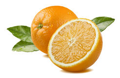 Orange und Hälfte mit den Blättern lokalisiert auf weißem Hintergrund Stockfoto