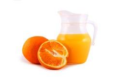 Orange und Krug mit Orangensaft Lizenzfreie Stockfotos