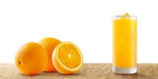 Orange und Orangensaft in lokalisiertem weißem Hintergrund stockbild