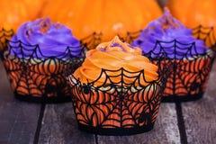 Orange und purpurrote Halloween-kleine Kuchen Lizenzfreies Stockfoto