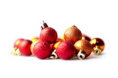 Orange und rote Weihnachtskugeln Stockbild