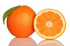 Orange und Scheibe der Orange auf Weiß Stockbilder