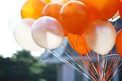 Orange und weiße Ballone Stockfotografie