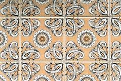 Orange und weiße portugiesische Fliesen Stockfoto