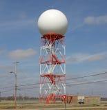 Orange und weißer Radar-Fernsehturm stockbilder