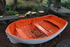 Orange und weißes Spiel-Boot stockfotografie