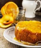 Orange uppochnervänd kaka med söt sirap Royaltyfri Foto