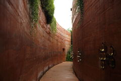 Orange vägg och korridor Fotografering för Bildbyråer