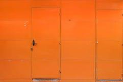 Orange väggjärndörr Arkivbild