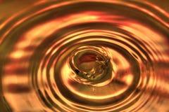 Orange vattendroppe med vågor på yttersidan Royaltyfria Foton