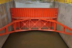 Orange vattenport på fördämningen. Royaltyfria Bilder
