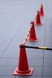 Orange Verkehrskegel mit schwarzer und gelber Stange Stockfotos
