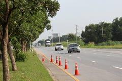 Orange Verkehrskegel und -ablenkung auf Landstraße, Thailand stockfotos