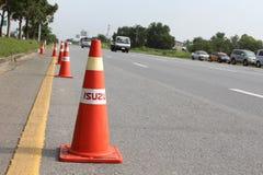 Orange Verkehrskegel und -ablenkung auf Landstraße, Thailand lizenzfreies stockfoto