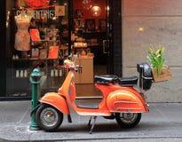 Orange Vespa auf Degraves-Straße Melbourne Australien stockfotos