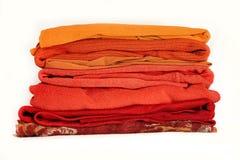 Orange vinterkläder för bunt som isoleras på vit bakgrund royaltyfria bilder