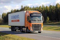 Orange Volvo FH 420 halv släp på motorwayen Arkivfoto