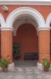 Orange Wände in einem Kloster Lizenzfreies Stockfoto