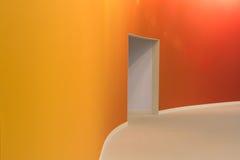 Orange Wand und offener Eingang stockbild