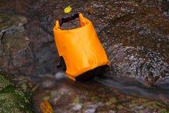 Orange wasserdichte Tasche lizenzfreie stockfotos