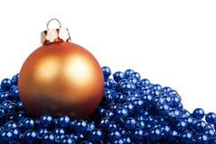 Orange Weihnachtsball und blaue Perlen Lizenzfreie Stockfotos