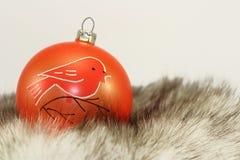 Orange Weihnachtsflitter auf Pelz Stockfotografie