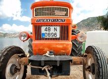 Orange Weinlesetraktor die Türkei lizenzfreie stockfotografie