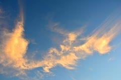 Orange Wolke auf Hintergrund des blauen Himmels Stockfoto