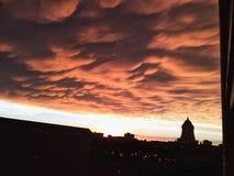 Orange Wolken auf Sonnenuntergang lizenzfreie stockbilder