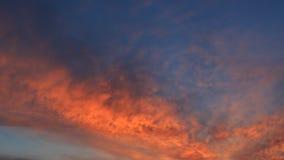 Orange Wolken des Frühlinges auf dem Himmel an der Dämmerung für Hintergrund Lizenzfreie Stockfotos